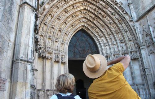 Famille devant la cathédrale de Saintes